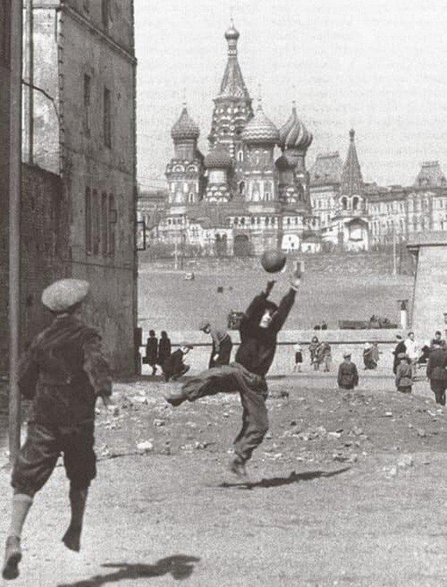 Футболисты на Софийской набережной, Москва, 1958 год
