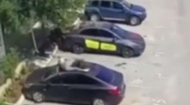 Осторожно, возможны осадки в виде людей: мужчина прыгнул на машину с третьего этажа