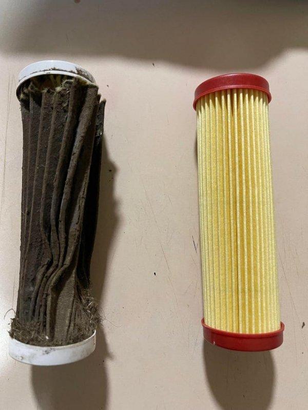 Воздушный фильтр, который я только что вынул из газонокосилки, и тот, на который я его заменил