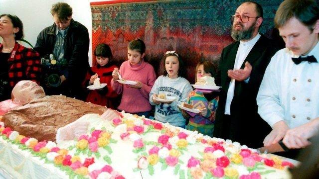 Дети 1990-х разрезают торт формы Ленина на мeроприятии «Ленин в тебе и во мне». Москва, 1998 год.