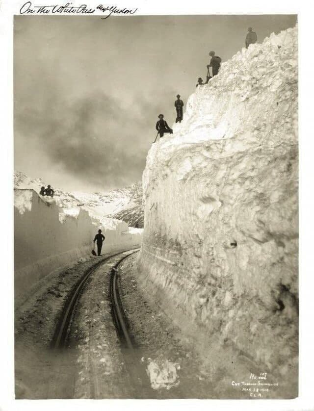 Рабочие очищают от снега железную дорогу, Аляска, 1904 год.