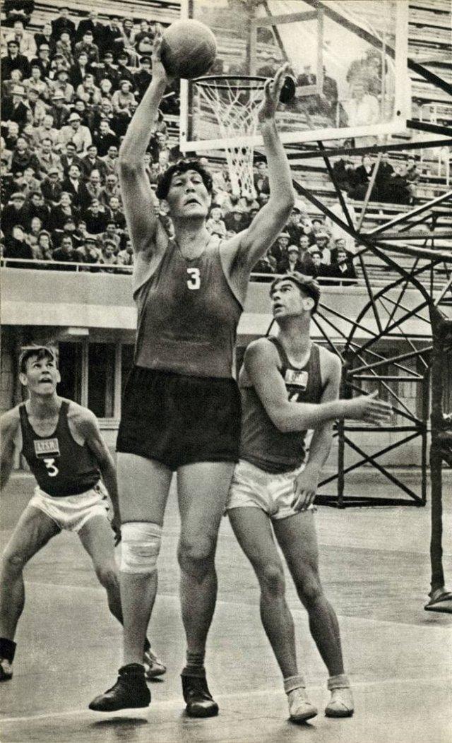 Увайс Мажидович Ахтаев - чеченский баскетболист, который мог просто положить мяч в кольцо, 1950-е годы