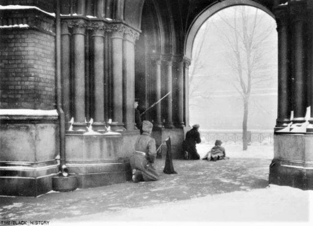 Студенты и солдаты в районе Мойки стреляют в полицию. Петроград. Февраль 1917 года.