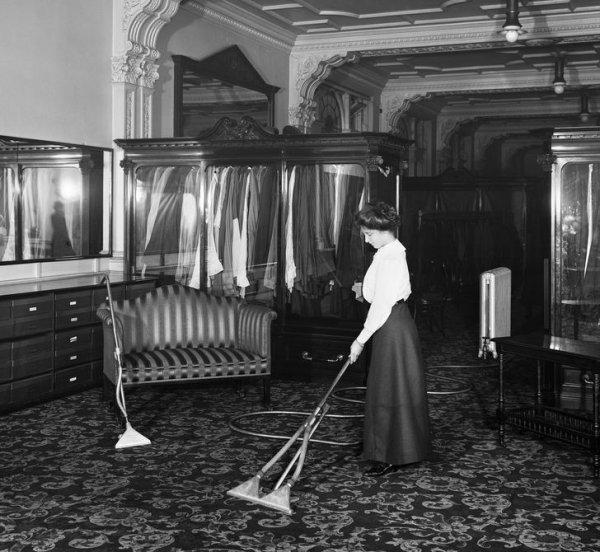 1910 год. Универмаг Лондона. Женщина демонстрирует новейшую модель пылесоса