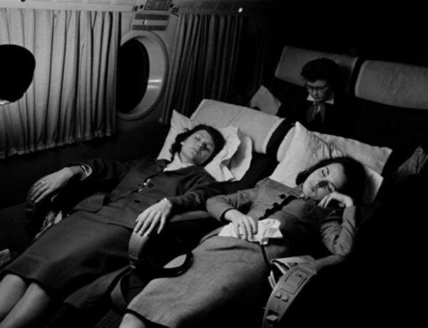 1950-е. Две женщины спят на борту самолета Pan American World Airways, летящего из Орли в Рим