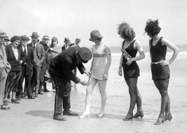 1920-е. Пляжная полиция проверяет длину купальников