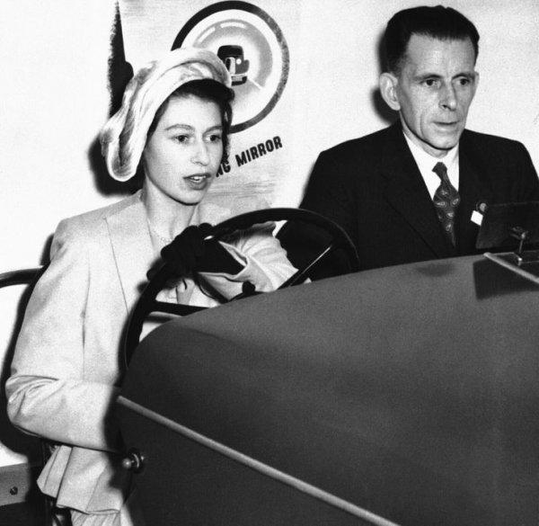 1949 год. Принцесса Елизавета за рулем автосимулятора во время посещения Королевского общества по предотвращению несчастных случаев