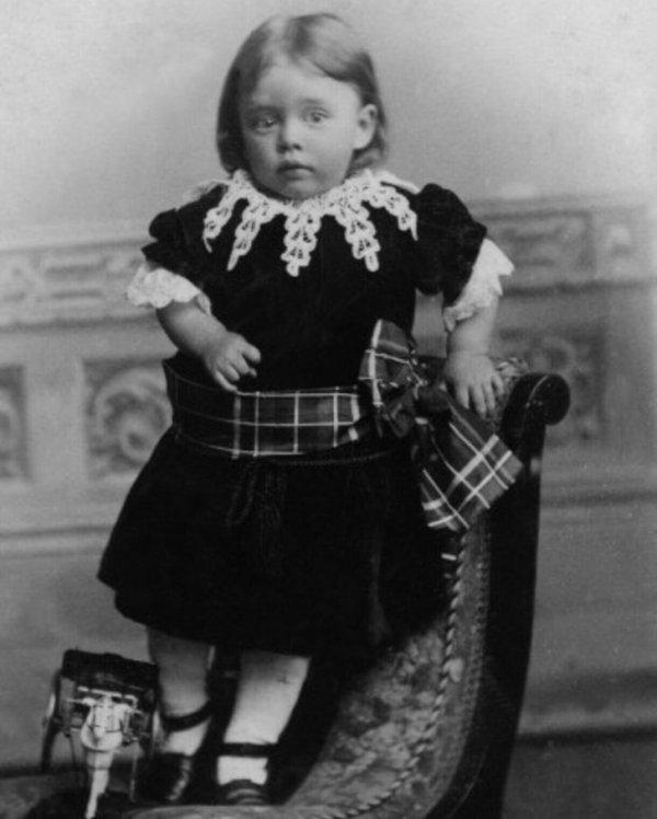 Примерно 1880 год. Маленький мальчик в платье