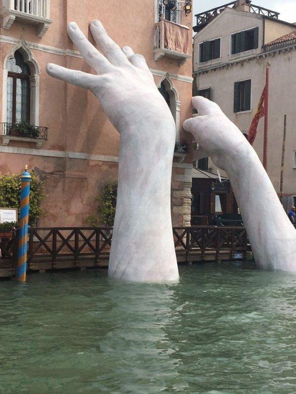 Знаменитые «Руки из воды», Венеция