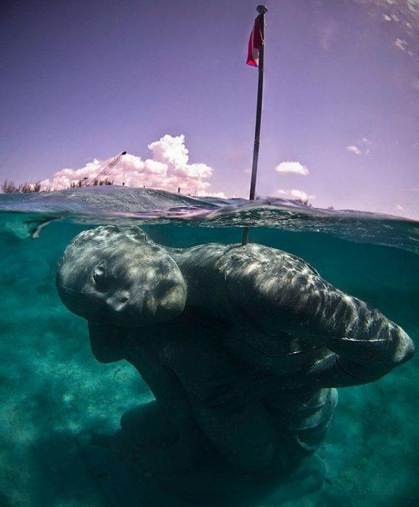 Пугающая подводная статуя, расположенная неподалёку от Багамских островов
