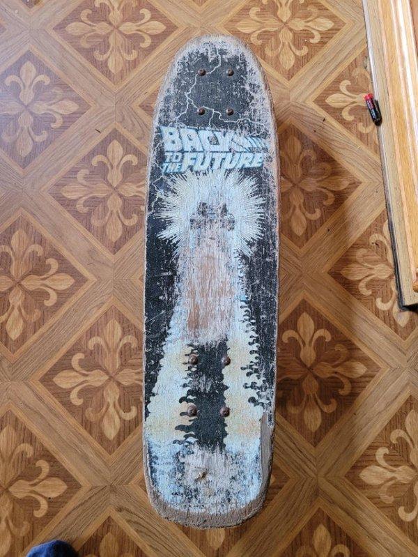 Сегодня я нашёл оригинальный скейтборд «Назад в будущее» 1985 года в сарае моих родителей