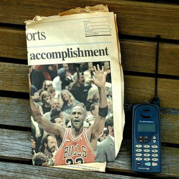 На скамейке нашёл газету 1998 года и телефон той же эпохи