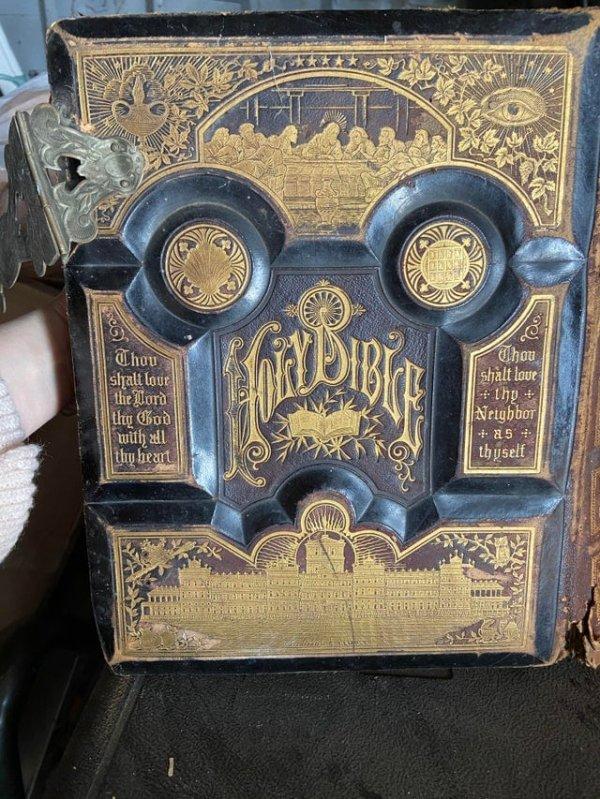 Нашёл эту очень старую Библию в гараже моих родителей, датируется 1881 годом