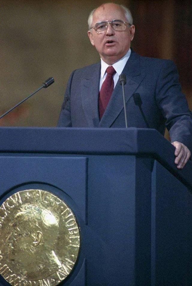 Горбачёв читает речь в 1990 году, когда ему была вручена Нобелевская премия мира