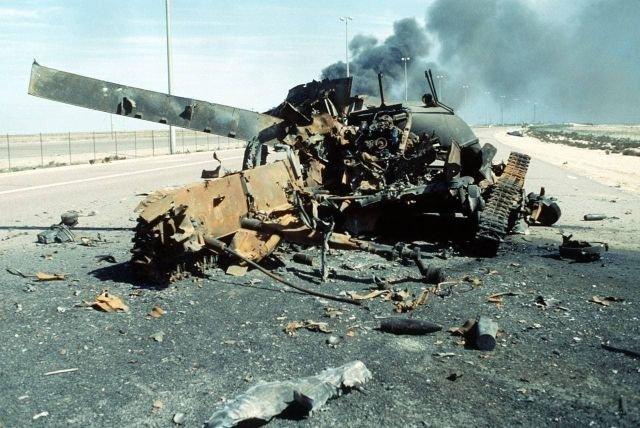 Полностью уничтоженный авиаударом коалиции иракский танк. Кувейт, 1991 год.