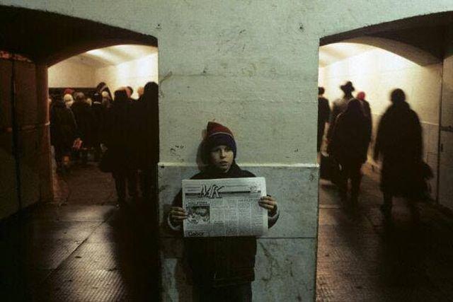 Беспризорник продаёт газету в одном из московских переходов, 90-е