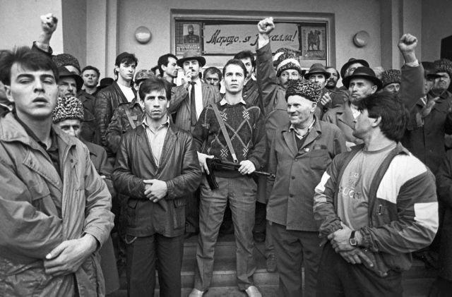 Джохар Дудаев (в центре) с избирателями, проголосовавшими за него на президентских выборах, октябрь 1993 года.