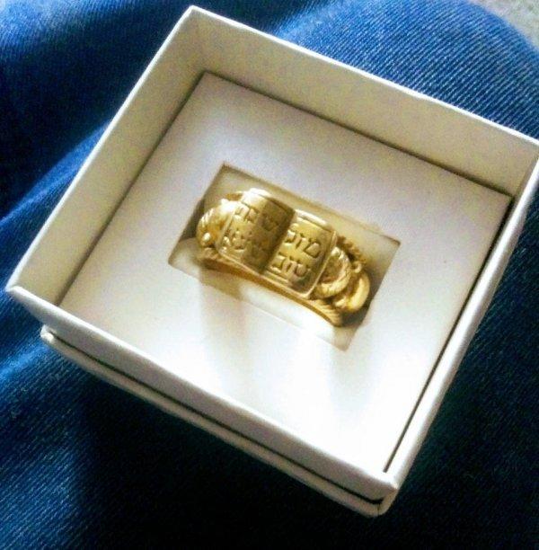 Получил это кольцо в наследство от отца. Оно передаётся из поколения в поколение в нашей семье уже 400 лет