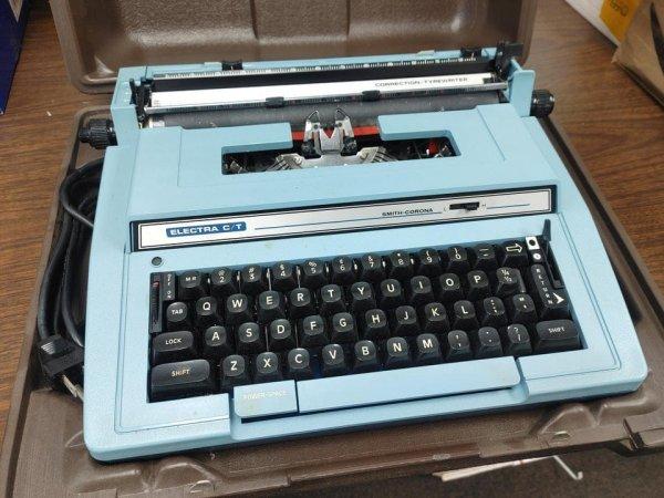 Мне в наследство досталась печатная машинка моего дедушки, и она в прекрасном состоянии