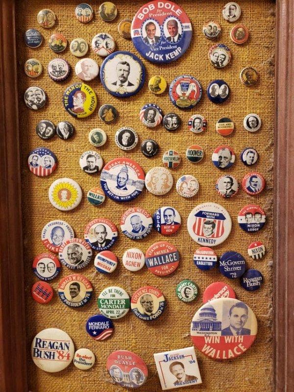 Унаследовал от своего отца коллекцию политических значков
