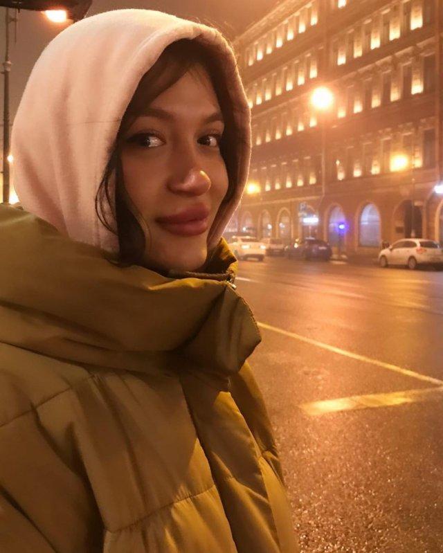Порноактриса Кристина Лисина (Kris the foxx) в куртке и кофте
