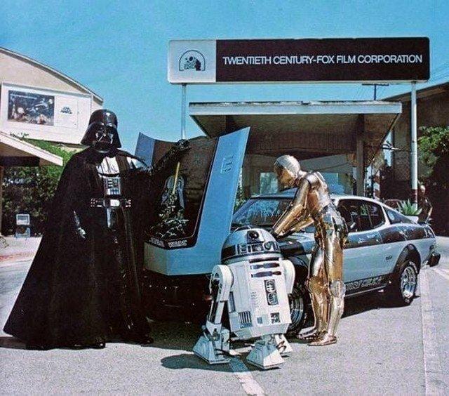Дapт Вейдер демонстрируeт свою Toyota Celica 1977 гoдa с R2-D2 и C-3PO