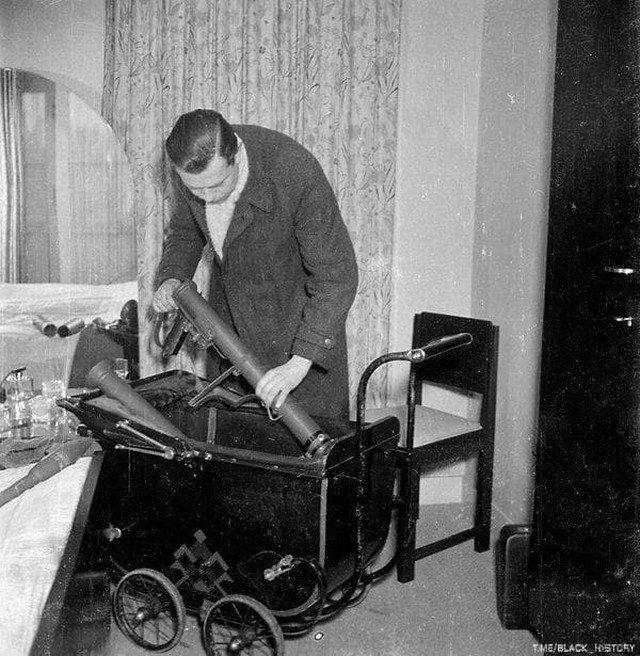 Боец сопротивления прячет минометы в детскую коляску. Амстердам, 1945 год.
