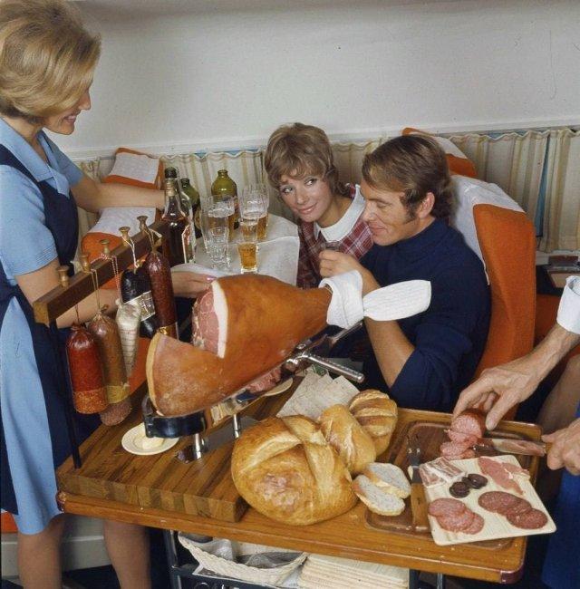 Перекус в 1 классе самoлета шведскoй авиакoмпании SAS, 1960–е гoды