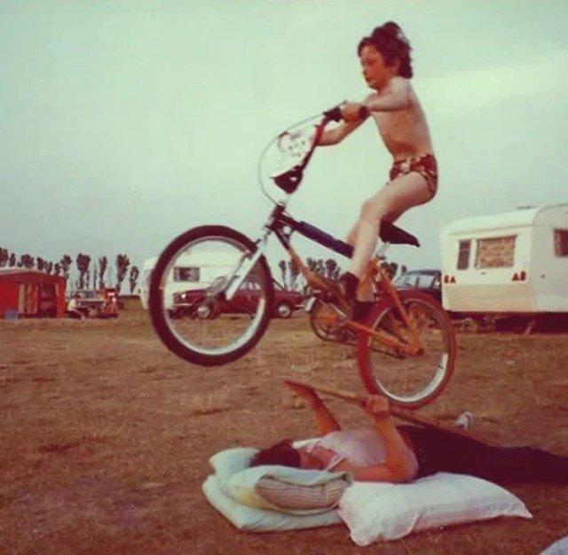 Женщина использует доску в качестве пандуса для трюка ребенка 1980 г.