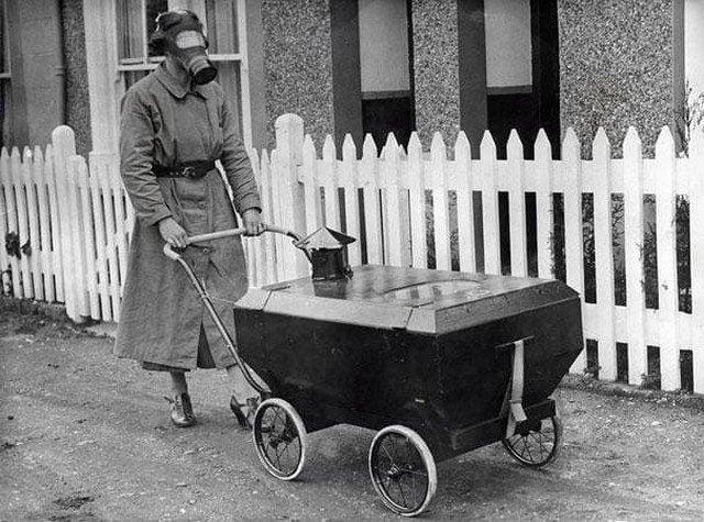 Женщина с газоупорной коляской. Англия, 1938 год.