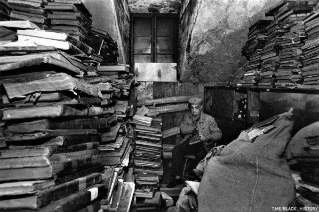 Еврейские тома, спрятанные на чердаке последней синагоги Риги, Латвия, 1991 год.