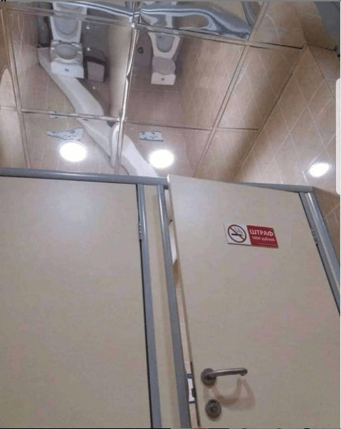 Зеркальный потолок — отличное решение для общественного туалета!