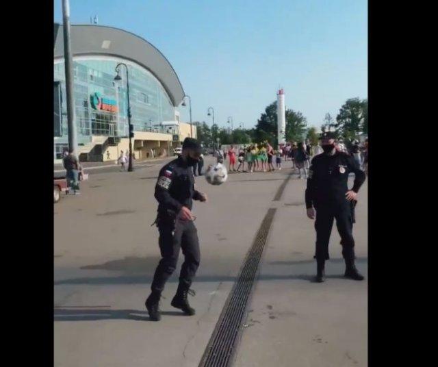 Полицейский, которому место на футбольном поле