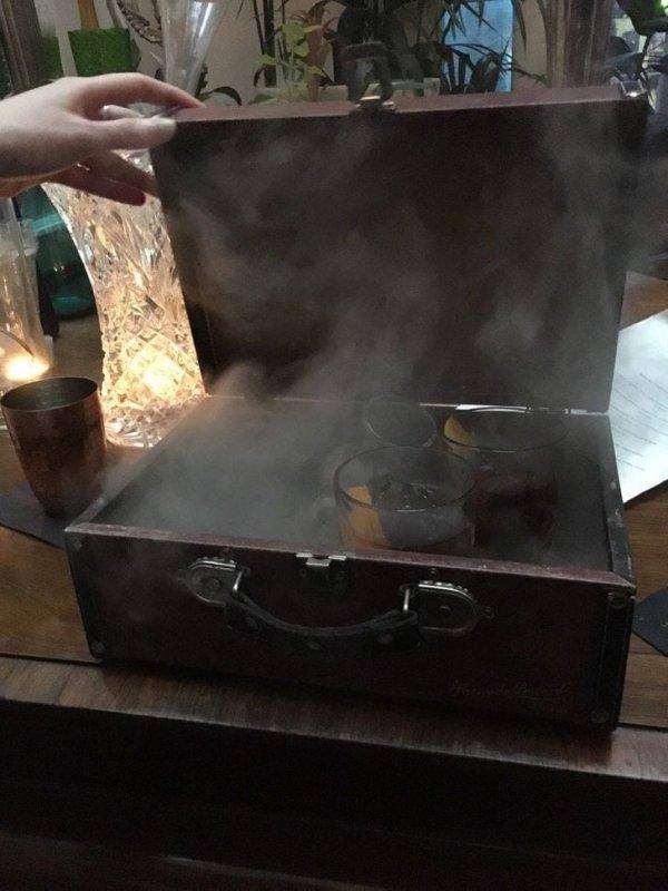Мы заказали несколько напитков, и их принесли в дымящемся чемодане
