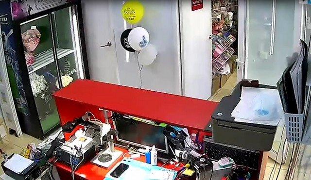 """Грабители унесли телефон из магазина в Кудрово, но владелец не хочет писать заявление: """"Так найдут!"""""""
