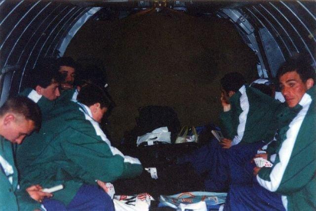 """Футболисты """"Рубина"""" возвращаются в Казань с зимних сборов в 1997 году. На грузовом самолете. В качестве досуга - карты и тетрис."""