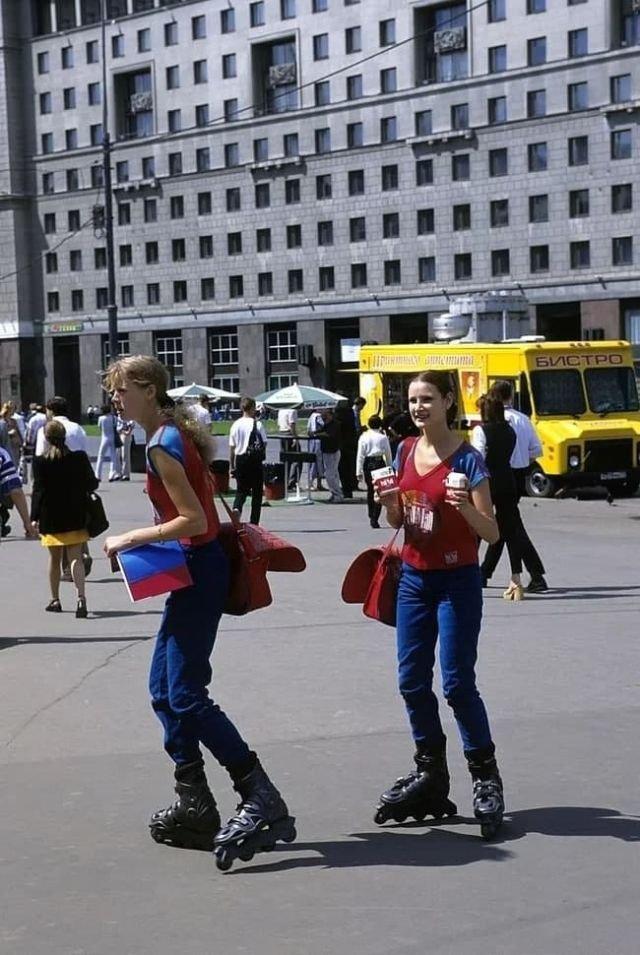 Девушки на роликах предлагают табачную продукцию фирмы «Pall Mall». Россия, Москва, 1998 год.