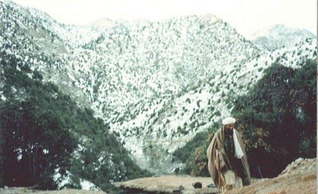 Бен Ладен в его убежище в Тора-Бора, в горах Афганистана. 1996 год.