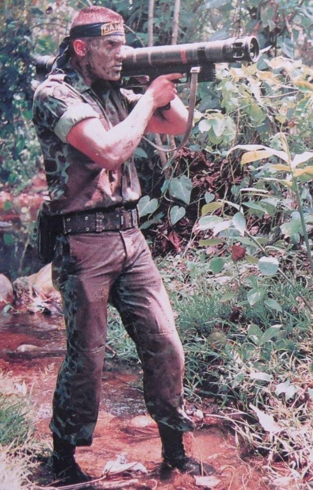 Колумбийский солдат целится из немецкого гранатомета во время операции против коммунистов или наркокартеля, 1992 год.