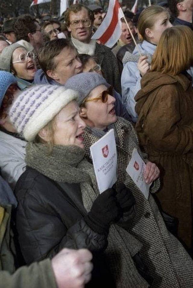 Митинг оппозиции в день принятия Конституции 1994 года. Республика Беларусь, 15 марта 1994 года.