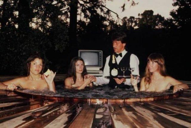 """Работники фирмы """"On–Line Systems"""" позируют для обложки первой в мире эротической игры, США, 1981 год."""