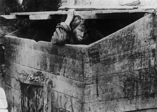 Мусорный ящик – жилище беспризорных. Одесса, 1928.