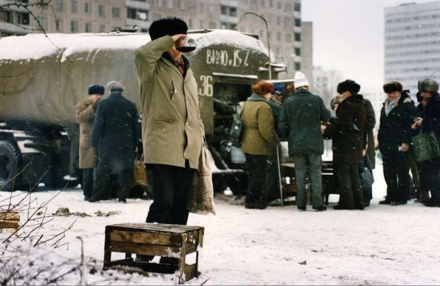 Продажа вина из цистерны, Москва, декабрь, начало 90-х
