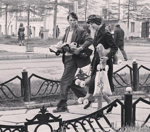 Родители несут пoдарки домой детям.Магадан, СССР.