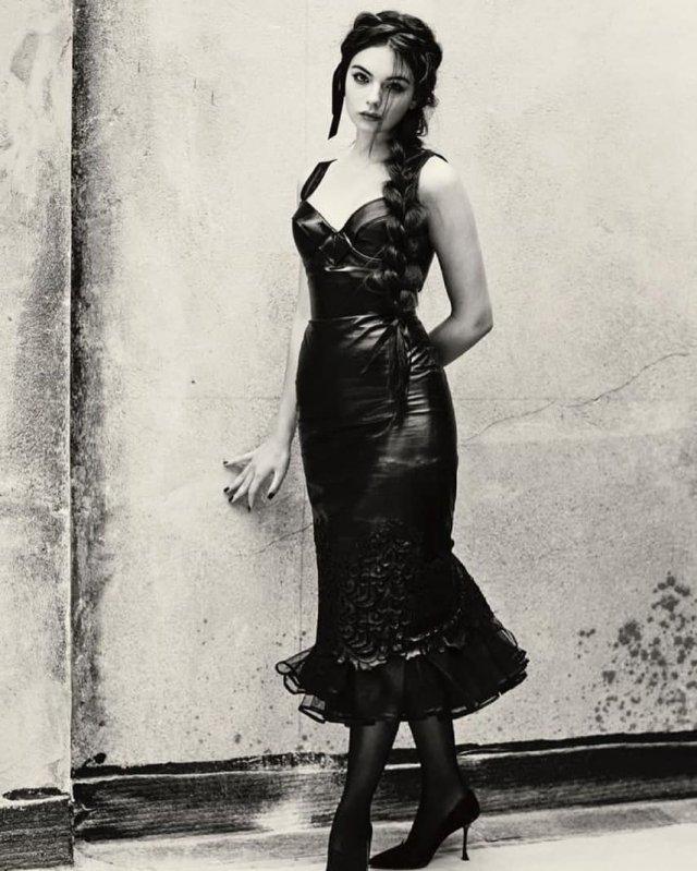 Дева Кассель в черном платье