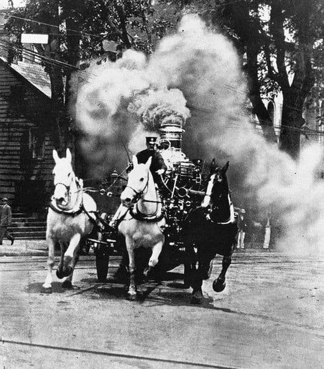 Пожарный экипаж с паровым насосом выезжает на тушение пожара, США, 1906 год.