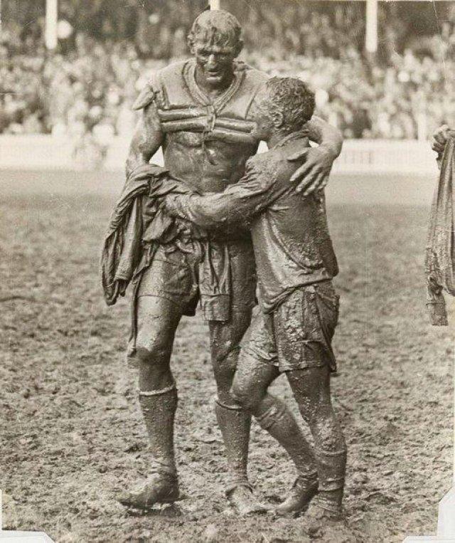 Капитаны команд-противников, Норм Прован и Артур Саммонс, обнимаются после австралийского финала по регби, 1963 г.