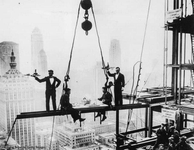 Официанты обслуживают двух строителей, Нью-Йорк, 1930 год.