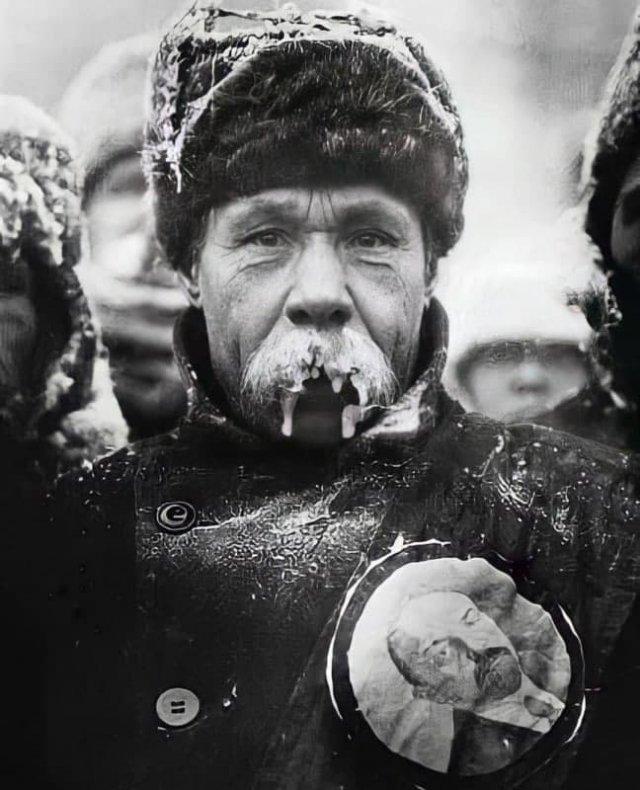 Замерзшие усы представителя текстильщиков на похоронах Владимира Ленина. 1924 г.