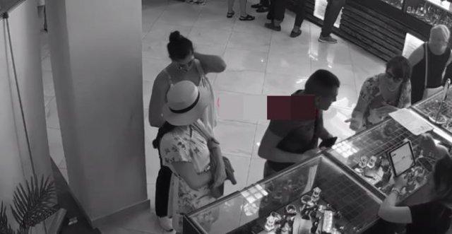 Куда воровка спрятала украденный кошелек?